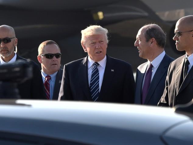 Trump cerca la mano di Melania ma lei lo allontana