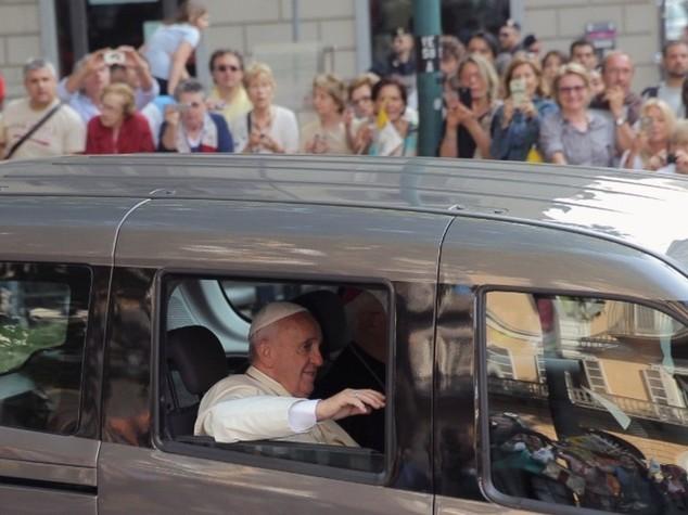 """Papa: storica visita ai valdesi """"perdono per le violenze che avete subito"""""""