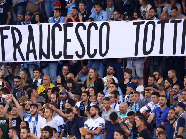 Lazio, clamoroso e bellissimo striscione per Totti