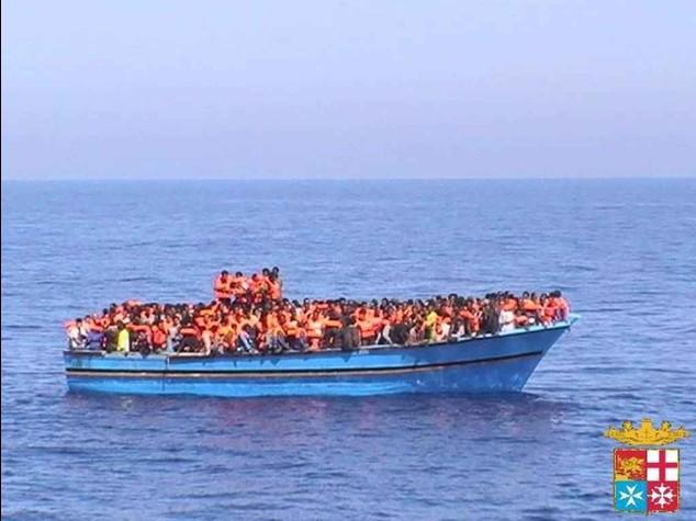 Trenta morti su un barcone  E' scontro su 'Mare Nostrum'