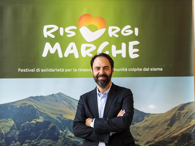 Neri Marcorè organizza concerti  senza palco  sui prati delle Marche