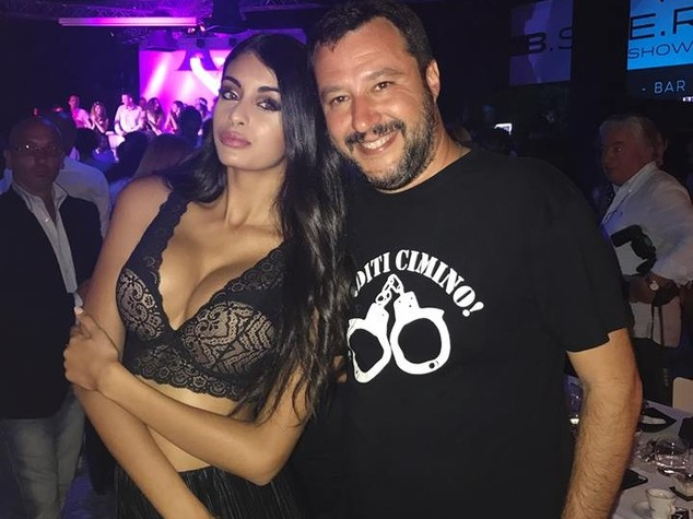 Spopola sul web selfie di Salvini con la miss musulmana