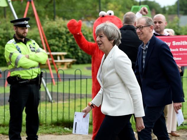 Regno Unito, eelzioni: May vince ma senza maggioranza