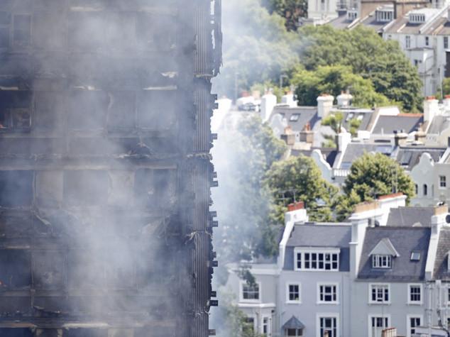 Grattacielo in fiamme a Londra: molti feriti, forse persone intrappolate