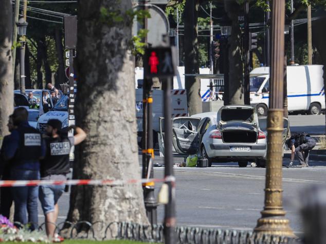 Attacco contro una camionetta della polizia a Parigi