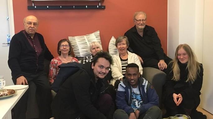 Mettereste il nonno a vivere con un senzatetto? A Helsinki lo fanno