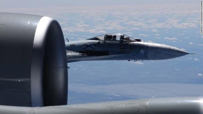 Le immagini della collisione sfiorata tra il Sukhoi russo e l'aereo spia Usa