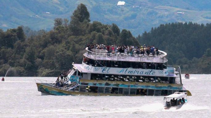 Un battello con oltre 150 turisti è affondato in Colombia