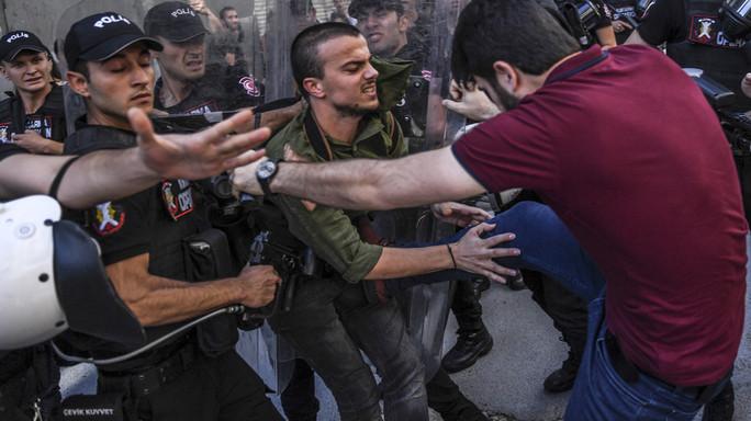 La polizia di Istanbul disperde la folla durante il Gay Pride