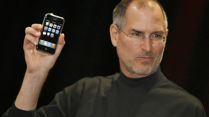 Dieci anni fa fu venduto il primo iPhone. Le due lezioni di questa storia