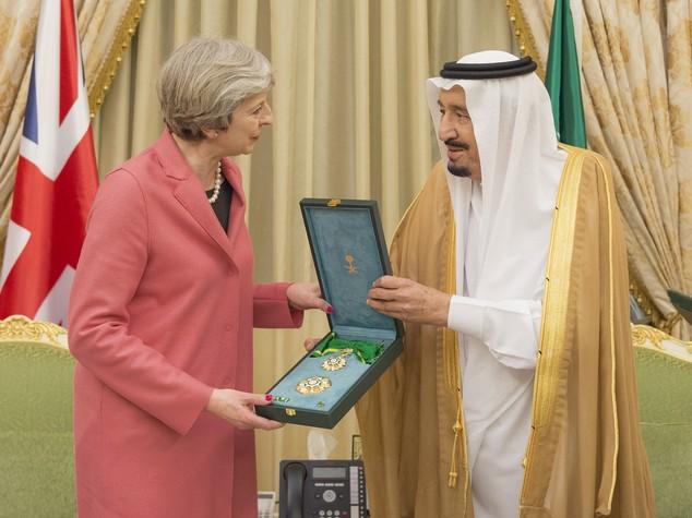 Non c'è pace per Theresa, spunta anche un dossier segreto su Riad