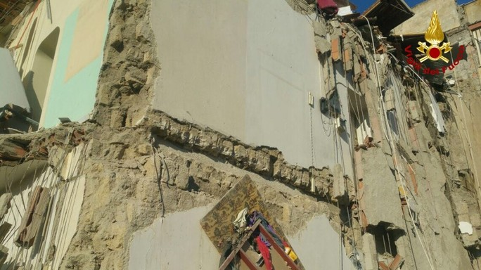 Crolla una palazzina a Torre Annunziata, le foto