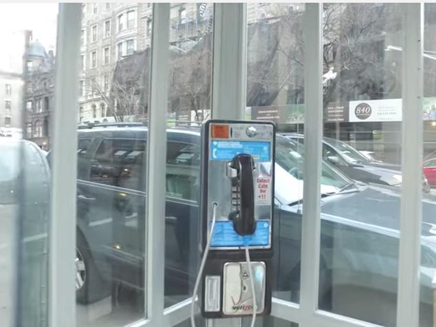 Le cabine telefoniche che raccontano storie dei migranti for Cabine per laghi
