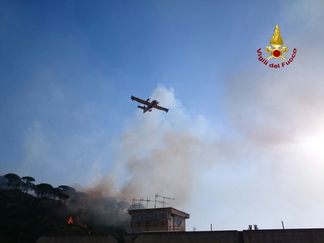 Fiorello pompiere (a modo suo) contro i roghi a Messina