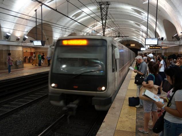 Donna incastrata nelle porte del metrò a Roma. Ecco come è andata