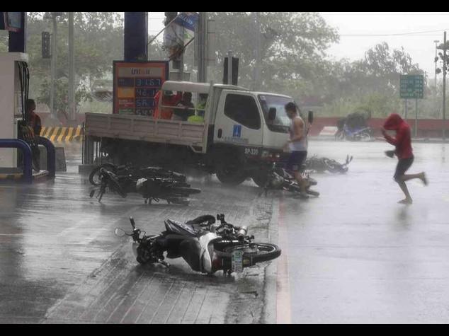 Typhoon Rammasun pounds Manila leaving 11 dead