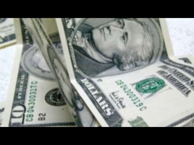 Misterioso individuo regala banconote da 100 dollari