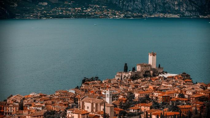 Non solo Bracciano, tutti i laghi italiani sono in crisi idrica. Una mappa