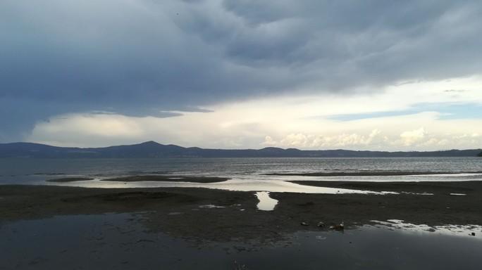 Sul lago di Bracciano i conti (e le misurazioni) non tornano