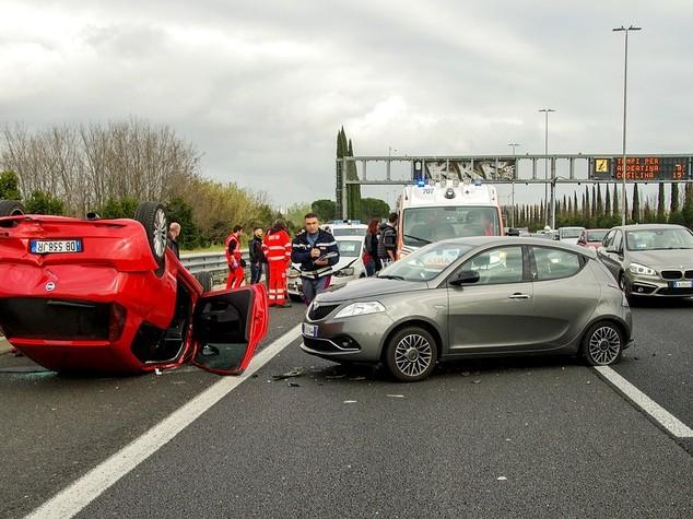 In arrivo misure più severe per chi usa il telefono mentre guida