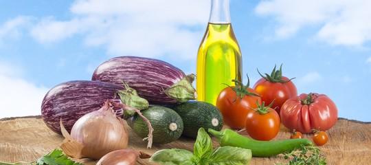 La dieta mediterranea fa bene solo a persone istruite e ricche. Uno studio