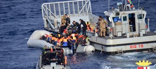 Ancora migranti, poi la politica italiana. Diario del giorno
