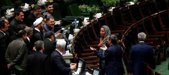 Perché un selfie con la Mogherini ha scandalizzato l'Iran