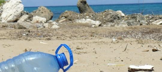 Anche quest'anno bottigliette e cotton fioc stanno riempiendo i nostri mari