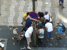Furgone piomba sulla folla a Barcellona