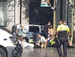 Barcellona, la Polizia cerca l'attentatore