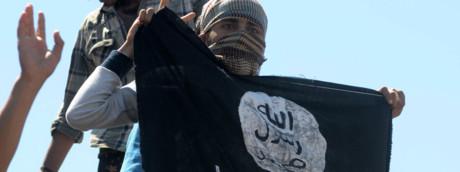 Un miliziano sventola la bandiera dell'Isis