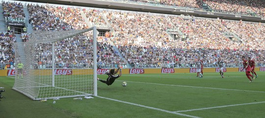 Il 'videoarbitro' debutta e assegna subito un rigore contro la Juve