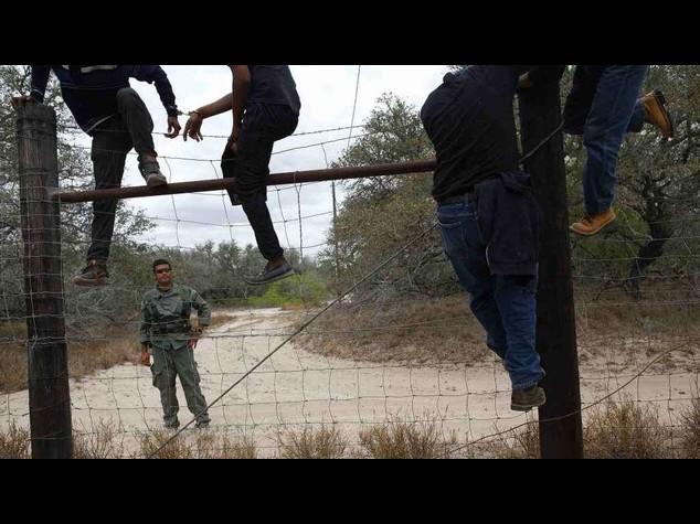 Usa: immigrati, Texas schiera 1.000 soldati a confine