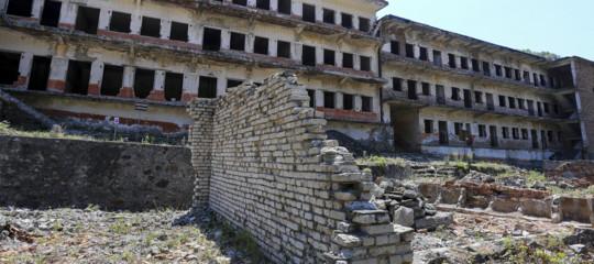 Microfoni e mantelli neri: così l'Albania di Hoxha spiava i dissidenti