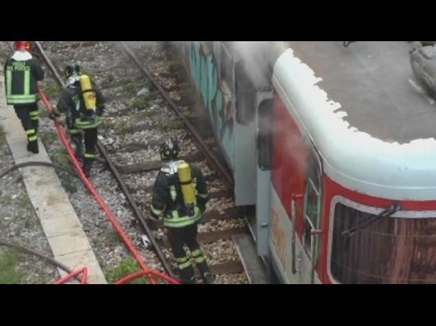 Napoli: treno della Cumana in fiamme, distrutto un intero vagone