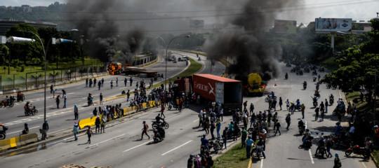 Venezuela allo stremo, si cucina su fuochi di legna, salari arrivati a 5 dollari al mese