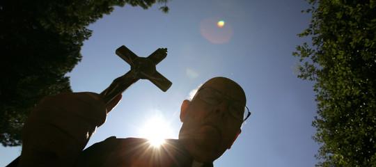 Cosa diceva del diavolo (e di come sconfiggerlo) Padre Amorth , il sacerdote esorcista