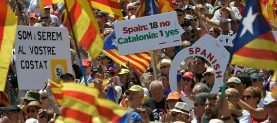 Catalogna: GuardiaCivilassediata da folla in ministero a Barcellona
