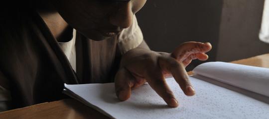 Un'alunna non vedente a Vibo Valentia da 10 anni non ha né docenti né libri. La denuncia