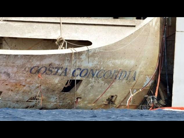 Il maltempo ferma la Concordia, la partenza slitta a mercoledi'