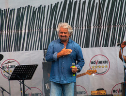 Grillo canta sul palco: le prove dello show di Rimini