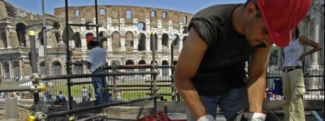 Operai al lavoro davanti al Colosseo (Agf)
