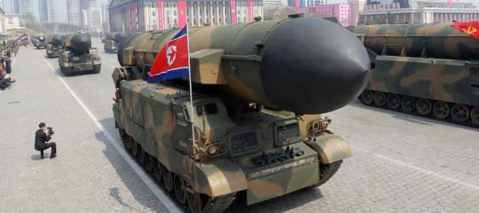 """Trump manda i caccia sulla costa e Pyongyang annuncia: """"Missili inevitabili"""""""