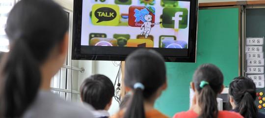 Smartphone in classe, siamo in ritardissimo. Parola di insegnante