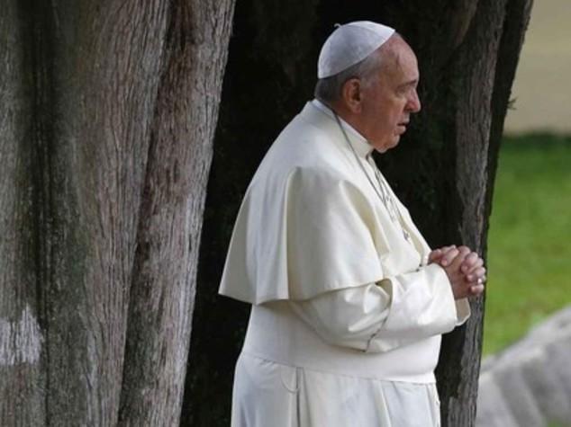 Papa commosso con superstiti strage Lampedusa, Ue apra le porte