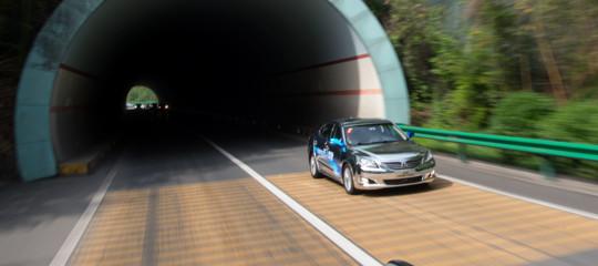 Il nodo è la sicurezza, ma l'auto a guida autonoma farà risparmiare il 50% dei costi