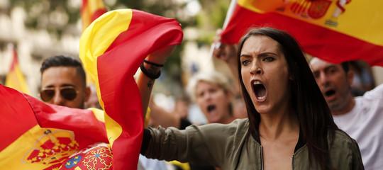 Cosa rischia l'economia catalana con la secessione, mentre si cerca un mediatore. Anche in Vaticano