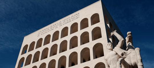 """""""Come fanno gli italiani a vivere tra i monumenti fascisti?"""". La provocazione del New Yorker"""