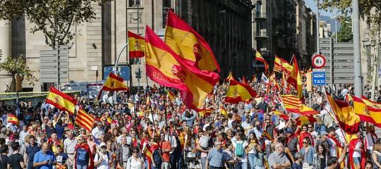 A Barcellona scende in piazza la maggioranza silenziosa