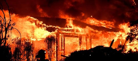 Usa: incendi California, 10 morti e 20.000 sfollati